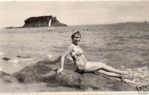 Femme des années 1960 bronzant sur la plage