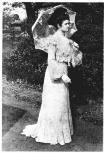 Femme protégeant sa peau du soleil avec une ombrelle